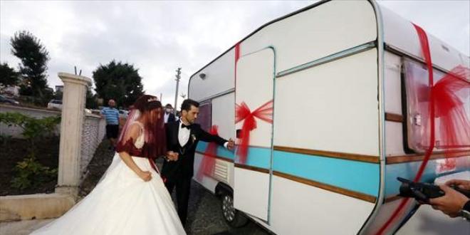 Kovid-19'dan korunmak için çekme karavanı gelin arabası yaptılar